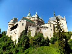 Bojnice castle, Slovakia. Slovensko Barcelona Cathedral, Sunnies, Castle, Mansions, House Styles, Building, Places, Nature, Travel