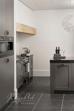 Aanbrengen van 'houten element of 'constructie' geeft de keuken een warmere uitstraling.
