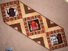 Coffee theme table runner - love the design and the fabrics Longarm Quilting, Machine Quilting, Quilting Projects, Sewing Projects, Projects To Try, Quilting Ideas, Table Runner And Placemats, Quilted Table Runners, Halloween Runner