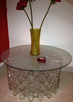 Artesanato: Mesa feita com garrafas de vidro reciclada