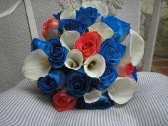 Lindo bouquet en mini calas, rosas azules y rosas coral.