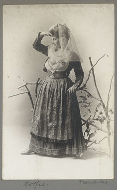 Portret van een vrouw van Corfu, anonymous, c. 1895 - in or before 1905 Greek Dress, Corfu, Empire Ottoman, Byzantine, Vintage Photography, Fashion History, Traditional Outfits, Old Photos, Greece