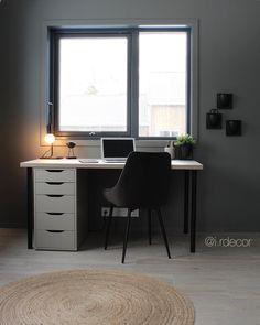 • HOME OFFICE • Har dere hatt en fin start på uka?🙌🏼 Det har jeg! Har hatt noen timer på hjemmekontoret, pakket ned en styling og forberedt… Decor Interior Design, Interior Decorating, Dere, Office Desk, Corner Desk, Furniture, Home Decor, Corner Table, Desk Office