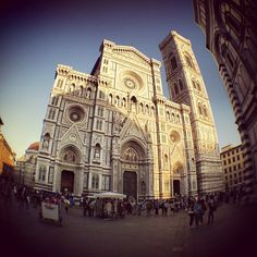 This city is a wonder.  We will start our visit at the most popular site, the Duomo (cathedral), the cathedral de Santa Maria del Fiore.