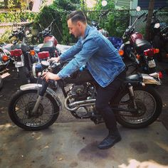 Kicking it with a very cool customer @darthschultz checkin out his badass #caferacer mongol at #madhousemotors #Padgram