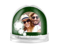La palla di neve con decorazioni verdi