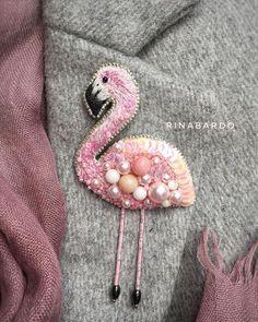 Все мои броши, кроме голубого цветка вынашивались больше года. А когда заболела розовым цветом, фламинго засел в голове очень прочно. Вот такой симпатяга получился) ••• Брошь «Фламинго» 1400 ₽ Продана #брошь #бисер #жемчуг #фламинго