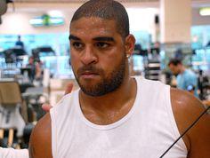 Adriano entra em acordo e paga R$ 110 mil a jovem ferida com tiro