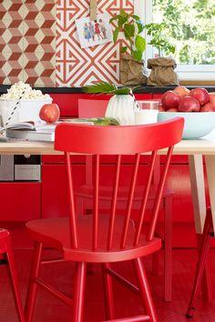 Hibiscus FR1187, en lidenskapelig varm rød farge. Dens kvaliteter henter inspirasjon fra ilden. #Åretsfarge2017#Fargerike#rødt#hibiscus#pastille#rød#tapet#popcorn#epler#kjøkken#kjøkkenbenk#kjøkkenbord#ÅF2017#stol#krakk#inspirasjon#inspiration#red#farge#fargekart#painting#chair Ikea, Chair, Furniture, Home Decor, Decoration Home, Ikea Co, Room Decor, Home Furnishings, Stool
