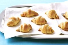 Cream Cheese Bacon Crescent Rolls - Create a delicious appetizer using three ready-made ingredients. What could be easier? I use real bacon, instead of bacon bits. Bacon Appetizers, Quick Appetizers, Easy Appetizer Recipes, Appetizers For Party, Kraft Recipes, Croissants, Crescent Recipes, Lard, Recipe Images