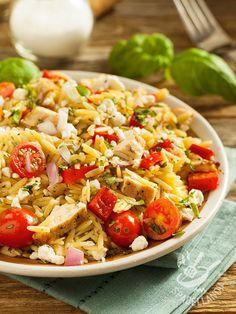 Insalata di riso e tacchino: ecco un piatto a basso indice calorico, perfetto anche da portare in ufficio come lunch box per la pausa pranzo.