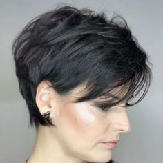 Cabelo curto, penteado cabelo curto и cabelo cacheado curto. Cute Hairstyles For Short Hair, Everyday Hairstyles, Curly Hair Styles, Straight Hairstyles, Hairstyles Videos, Layered Hairstyles, Simple Hairstyles, Formal Hairstyles, Short Haircuts