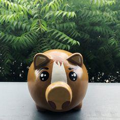 Piggy 🐽 Caballito 🐎 Recordatorios Para cumpleaños! Diseños escogidos por el cliente. Alcancías Personalizadas, 100% pintadas a Mano 🎨 ✍🏻 •… Elizabeth Vargas, Piggy Bank, Baby Shower, Horses, Ideas, Homestead Layout, Farm Party, Pig Crafts, Babyshower