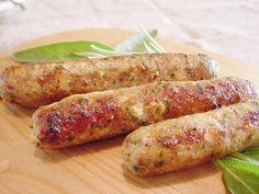 自分で作る自家製ソーセージは格別!あらかじめ自宅でひき肉と調味料を混ぜてアルミホイルで包んで茹でておけば、あとは焼くだけの簡単レシピです。ハーブの香りとともにお肉を楽しめます♪