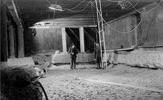 1938. Het tussenschot is nog niet geheel verwijderd. De mannen staan in de ruwbouw van de afgezonken tunnel.