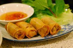 Vårruller kan lages i utallige varianter, både med og uten kjøtt, og passer like godt til lunsj som til middag. Her er en kjøttfri versjon med bl.a...