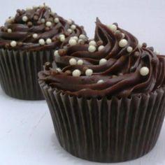 Receita de Cupcake de brigadeiro (recheado) - 2 colheres (sopa) de manteiga sem sal, 3 unidades de ovo, 1 xícara (chá) de açúcar, 1 1/2 xícaras (chá) de far...