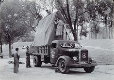 """Camión militar cedido para el transporte de obras del Museo del Prado, momentos antes de partir para Valencia. En esta expedición se trasladó, junto a otras obras, """"La Familia de Carlos IV"""" de Goya 23 de julio de 1937"""