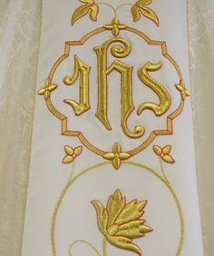 Casulla damasco con San Antonio bordado / Saint Anthony embroidered cream damask liturgical chasuble. (1/4) http://www.articulosreligiososbrabander.es/casulla-damasco-crema-san-antonio-bordado-franciscano.html