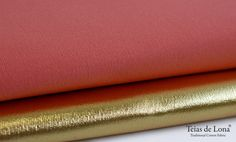 Os nossos tecidos com acabamento dourado e prateado, de um lado cor, do outro acabamento. Um toque de glamour. Our fabrics with gold and silver finishing's: different colours both sides. A glamor touch! #teiasdelona #gold #silver #fashion #fabrics #madewithlove #cotton  #Canvas #picoftheday #tissues #decoration #glamor