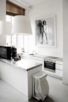 White kitchen design looks brilliant! Interior Desing, Interior Design Kitchen, Interior Design Inspiration, Interior Architecture, Interior Office, Modern Interior, Kitchen Dinning, Kitchen Decor, Kitchen Art