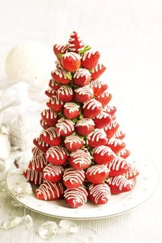 Another great idea for a Christmas centrepiece: a Chocolate & Strawberry Christmas Tree. You can't get much better than that!    Make sure you buy the freshest strawberries with the pointiest ends you can find. Dry them well and bring them to room temperature so there's no condensation on them - otherwise the chocolate won't stick. If the chocolate in the bag goes hard between layering, simply re-melt in the microwave for 20-30 seconds.