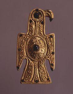Fíbula aquiliforme visigoda. Siglo VI d.C. Oro, bronce y vidrio. 17 x 5,3 cm. Fundación Lazaro Galdiano