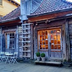 Walking the old and charming #bryggen in #Bergen and finding this lovely old building.. just #wow