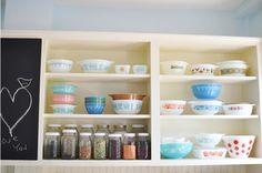 open shelving with vintage mixing bowls? Vintage Jars, Vintage Glassware, Vintage Pyrex, Old Kitchen, Kitchen Items, Kitchen Redo, Oh My Home, Pyrex Display, Vintage Kitchen Accessories