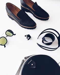 #FridayMood Oi sexta✨☺️☀️ Dia de... ✨Conforto com sapato masculino e flatform (delícia de usar no trabalho). ✨Estilo, ousar nos acessórios, aqui colar, pulseira e anel em impressão 3D com design incrível (e super leves de usar). ✨Toque de modernidade com a bolsa com shape redondo, minha queridinha, não tem quem não me pare na rua pra perguntar (fica diferente e dá um Up no look de trabalho) e ✨Glam, fechando com um belo óculos espelhado para refletir o lindo sol desse dia ☺️ Que tal g...