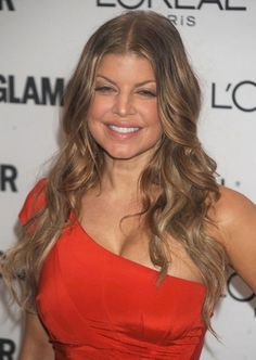 Fergie rocks the wavy hairstyle!