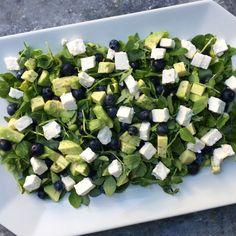 Salat med blåbær Salad Menu, Salad Dishes, Crab Stuffed Avocado, Cottage Cheese Salad, Salad Recipes, Healthy Recipes, Tomato Vegetable, Easy Salads, Dinner Salads