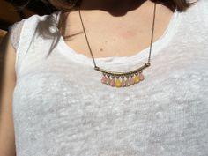 Collier mi long petites gouttes en email epoxy rose, beige, moutarde : Collier par guerloule