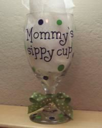 Mommy's Sippy Cup by twochicksgiftshop on Etsy - Need to etch a set of these for myself. Big Wine Glass, Wine Glass Sayings, Crafts For Girls, Arts And Crafts, Diy Crafts, Painted Wine Glasses, Mom Birthday, Birthday Ideas, Wine Time