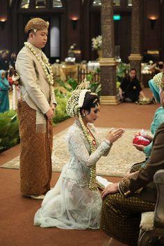 Pernikahan Adat Jawa Tantia dan Elno di Jakarta Foto Wedding, Diy Wedding, Wedding Ceremony, Dream Wedding, Wedding Ring, Kebaya Wedding, Muslimah Wedding Dress, Wedding Gowns, Javanese Wedding
