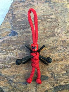 Don't be caught in an emergency or out camping without a complete paracord survival bracelet or keychain. Paracord Braids, Paracord Knots, Paracord Keychain, Diy Keychain, 550 Paracord, Paracord Bracelets, Paracord Weaves, Knot Bracelets, Survival Bracelets