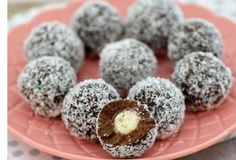 All you need is 4 Ingredient and 10 minutes to make these NO Bake Chocolate Malteser Balls! You'll also the NO Bake Malteser Fudge and NO Bake Slice. Chocolate Malteser, Malteser Cake, Chocolate Desserts, Healthy Recipes, Sweet Recipes, Cooking Recipes, Christmas Pudding, Christmas Treats, Homemade Christmas