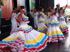 El revuelto colombiano: DANZAS TRADICIONALES DE COLOMBIA Carnival Dress, Hispanic Heritage Month, Carnival Festival, Folk Costume, Moda Online, World Cultures, Dance Costumes, Traditional Dresses, Beautiful People