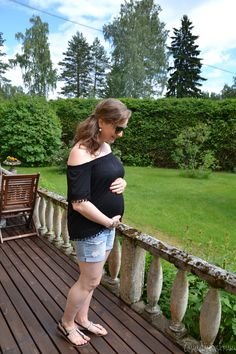 Maternity style for a summer with stylish off the shoulder top.   #offtheshouldertop #denimshorts #maternitystyle #streetstyle #summer