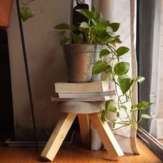 From a clock to a stool, here's four concrete examples of how you can use concrete to get crafty. Concrete Stool, Concrete Furniture, Concrete Crafts, Concrete Projects, Home Crafts, Diy Home Decor, Diy Cement Planters, Cement Art, Diy Stool