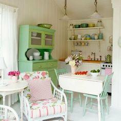 Leuk ;wat kleur in huis met dit groene brocante buffetkastje en de stoeltjes.. Old BASICS heeft regelmatig mooie oude kastjes in deze pastelkleuren. Kijk op de website www.old-basics.nl