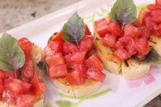 Eu amo bruschetta! Minha preferida é esta, a tradicional, com tomates picados, azeite de oliva e manjericão. Mas cada vez que fazia em casa, saia de um jeito: sem sal, com muito azeite, com a torra…