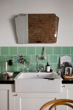 Vintage mirror and gorgeous green tile backsplash. Rental Kitchen, Kitchen Dining, Kitchen Sink, Green Kitchen, Kitchen Retro, Kitchen Tiles, Kitchen Storage, Vintage Kitchen, Home Interior