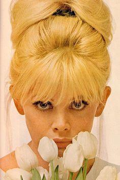 Ti tenta la frangetta? Ecco 15 fantastici hairstyles vintage dagli anni '20 ai '70, perfetti per ispirarsi e sfoggiare un taglio di capelli unico e super chic! Retro Hairstyles, Wedding Hairstyles, Look Vintage, Vintage Ladies, Divas, Britt Ekland, Retro Updo, 1960s Hair, Valley Of The Dolls