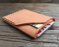 Articles similaires à Wren anglais Tan Dublin Horween sur Etsy Leather Front Pocket Wallet, Leather Card Wallet, Leather Pouch, Leather Wallets, Minimal Wallet, Minimalist Leather Wallet, Diy Leather Projects, Leather Crafting, Leather Workshop