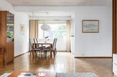 Kaunis ja ajaton perheasunto rauhallisen asuntokadun varrella Kauniaisissa! Tässä 2-tasoisessa 60-luvun tyylikkäässä rivitaloasunnossa on tilaa isommallekin perheelle ja hurmaava puutarhasuunnittelijan suunnittelema piha suurine terasseineen. Sisääntulokerroksesta löytyvät tilava eteinen vaatehuoneineen, makuuhuone, avara takkahuone sekä sauna-osasto, josta käynti kodinhoitotiloihin ja sen myötä lämpimään autotalliin. Yläkerrassa on tällä hetkellä 2 makuuhuonetta,  avokeittiö, ruokailutila…
