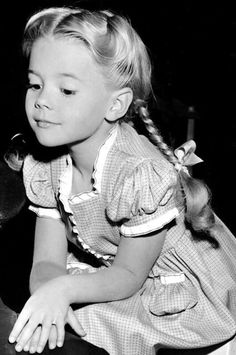 vintage everyday: 35 Rare and Cute Photos of Child Star Natalie Wood in the Natalie Wood, Vintage Hollywood, Classic Hollywood, Young Celebrities, Celebs, Miracle On 34th Street, Splendour In The Grass, Photo Vintage, Child Actors