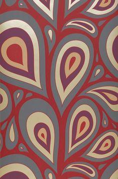 € 30,90 Prezzo per rotolo (per m2 € 5,80), I love the 70s , Tessuto base: Carta da parati TNT, Superficie: Rilievi percepibili al tatto, Effetto: Opaco, Design: Elementi retro, Foglie stilizzate, Colore di base: Rosso rubino, Colore del disegno: Grigio scuro, Viola scuro , Avorio chiaro brillante, Rosso, Caratteristiche: Buona resistenza alla luce, Extra lavabile, Bassa infiammabilità, Rimovibile, Stendere colla sul muro