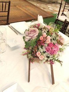 Arreglo en base de carreta Quinceanera, Floral Wreath, Wreaths, Nature, Gifts, Wedding, Home Decor, Table Arrangements, Function Hall