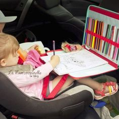 Pour occuper ses enfants durant les trajets en voiture @lamumcoccinelle a adopté la pochette à dessin #lilliputiens. Elle maintient le livre de coloriage ainsi que les crayons et se fixe à l'appui-tête grâce à ses anses.  A retrouver sur le site #berceaumagique #pochetteadessin